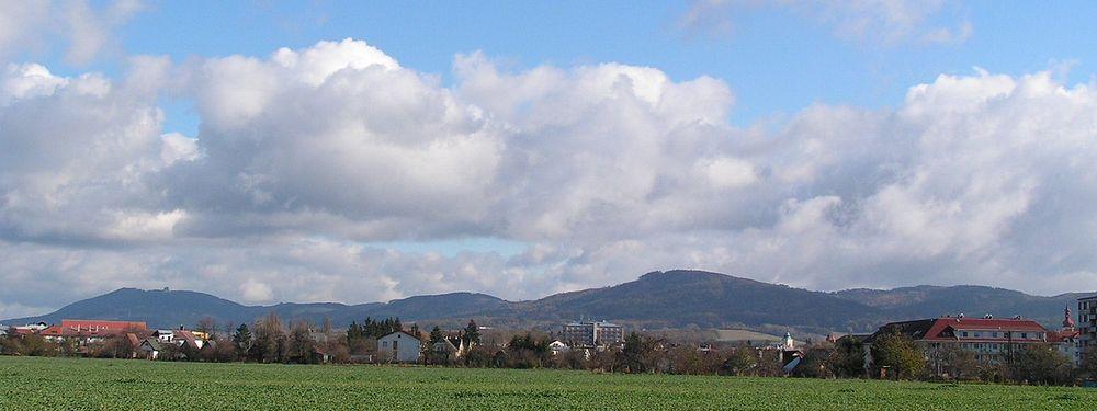 Nejzápadnější cíp Hostýnských vrchů z pohledu od Holešova.