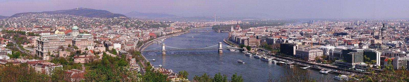 Din stânga spre dreapta: Biserica Mátyás, Palatul Buda, Podul cu lanțuri, Promenada Dunării, Parlamentul Ungariei, Basilica Sf. Ștefan