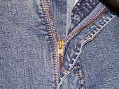 Jeans med lukket gylf eller buksesmekk. Bildet viser også knapp, smygstol og lomme.