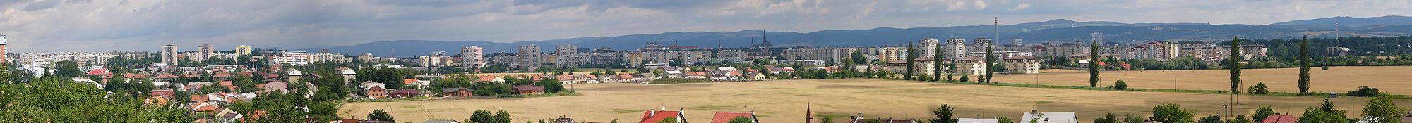 Panorama Olomouce od jihozápadu: nejvyšší je katedrála svatého Václava, vlevo od něj věž kláštera Hradisko (za komínem), vlevo dvě věže kostela Panny Marie Sněžné, vlevo od něj kostel sv. Michala (za komínem), vlevo (za silem) je věž od radnice a hned vedle část kostela sv. Mořice. Úplně na levém okraji fotky je výšková stavba s vodojemem (celá ta bílá krychle nahoře). V pozadí je kostel na Svatém Kopečku a napravo Radíkovská rozhledna. Vlevo od kostela na Sv. Kopečku je výšková budova Regionálního centra Olomouc (poblíž hlavního nádraží) a dále vlevo je vidět šedé odsířovací zařízení teplárny Olomouc a komín teplárny.