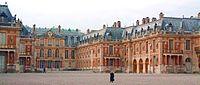 Chateau-de-versailles-cour.jpg