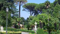 Villa Margherita sullo sfondo i capitelli che raffigurano i volti dei sindaci della città