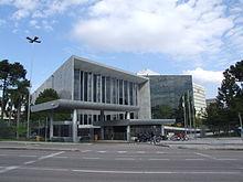 A Assembleia Legislativa como vista da Avenida Cândido de Abreu, em Curitiba.