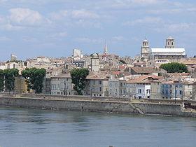 Au bord des quais, vue sur le centre historique d'Arles.