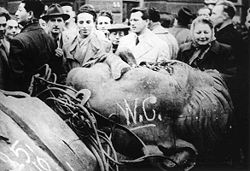 Ribelli ungheresi devastano la testa della statua di Stalin
