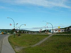 Autopista de Alaska a su paso por Watson Lake, YT.
