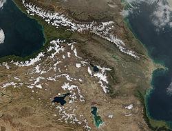 Pohled zvesmíru na zasněžený Velký Kavkaz, Malý Kavkaz a Arménskou vysočinu