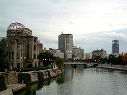 Memorial da Paz de Hiroshima e edifícios modernos ao fundo.