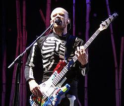 红辣椒乐队于2003年8月23日在Slane Castle演唱会中Flea的表演