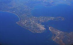 Vista aérea de Préveza; en la parte inferior se distinguen el aeropuerto y el cabo de Accio.