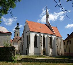 Kostel sv. Víta, v pozadí kostel sv. Petra a Pavla