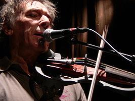 John Cale hraje na violu při koncertě v Belgii v roce 2006