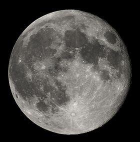 在黑暗的天空中剛過滿月(望)的月球。它是一幅混合光亮和黑暗的地區,不規則的斑點圖,和參差著不同大小的環形山,向外輻射的明亮噴出物包圍著的圓環。