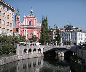 """Râul Ljubljanica, Biserica Romano-Catolică Franciscană """"Buna Vestire"""" de pe Scuarul Prešernov"""
