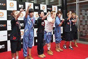 左起:泰欥、宰孝、朴經、P.O、Zico、B-Bomb、U-Kwon
