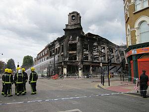 Carpetright store after Tottenham riots.jpg