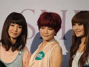 2010年S.H.E於香港出席商演活動,(左起)Hebe,Ella,Selina