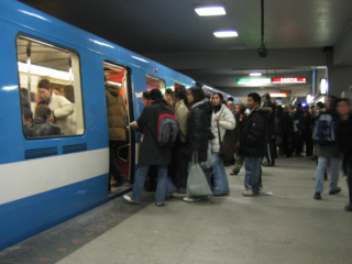 繁忙時間時在巴里-魁大蒙校站的一架列車。