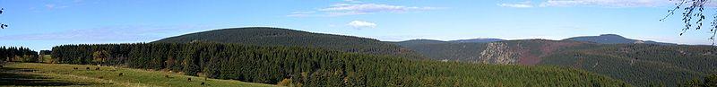 Panorama Harz, de la stânga: Rehberg, Achtermannshöhe, Brocken, Wurmberg.