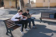 Adolescents s'entrainant à la guitare, place du village de Salin de Giraud