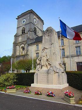 L'église Saint-Michel et le monument aux morts.