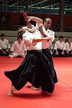 Technique de projection naname kokyu nage, réalisée par le pratiquant de droite.