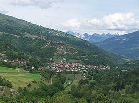 Vue panoramique d'Aime, son chef-lieu au centre.