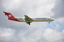Fokker 100 met registratie HB-JVE van Helvetic Airways tijdens de nadering van de landingsbaan van de Luchthaven van Zürich