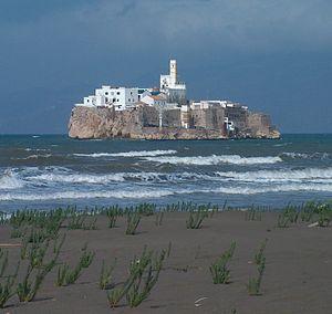 Peñón de Alhucemas vu depuis la côte marocaine