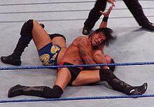 Punk aplicando un Anaconda Vise a Mike Knox.