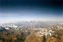 Des hautes montagnes pelées vues d'avion avec des neiges éternelles