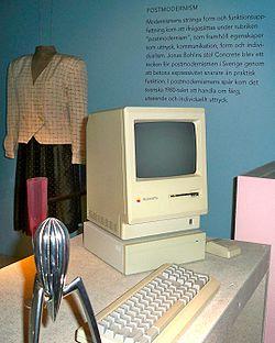 Un Macintosh en una exposición acerca del postmodernimo.