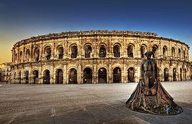 Panorama du parvis des arènes de Nîmes, en 2010.
