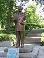 Assemblée nationale - Statue René Lévesque1.jpg