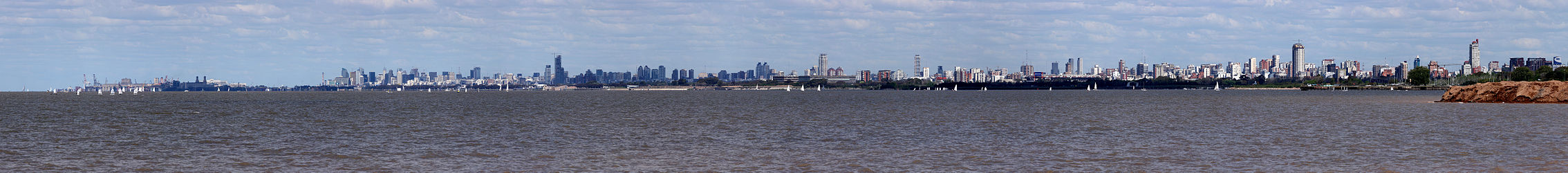 Panorama van de skyline van Buenos Aires genomen vanaf Vicente Lpez. Van links naar rechts, Puerto Madero, Retiro, Recoleta, Palermo, Belgrano en Nuez.