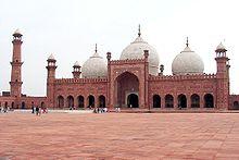 Image of the seventeenth-century Badshahi Masjid
