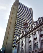 Arriba: Banco Central de Bolivia.Derecha: Torres CAINCO, sede de la principal cámara de comercio.