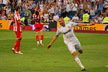 Photo de Benzema courant les bras écartés