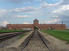Entrée de Birkenau (Auschwitz II), vue depuis l'intérieur du camp