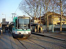 La rame TFS n°216 marque l'arrêt à la station Hôpital Avicenne. Le conducteur surveille la montée et la descente des voyageurs à l'aide des rétroviseurs rétractables.