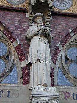 Beeld aan de Sint-Bonaventurakerk in Woerden