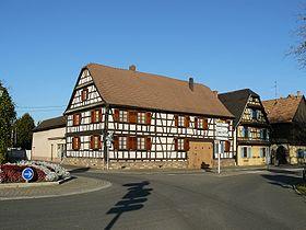 Maison à colombages au centre du village.
