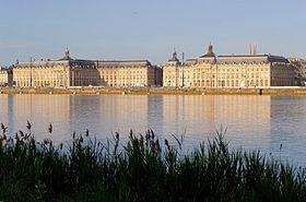 Quais de Bordeaux au bord de la Garonne et place de la Bourse