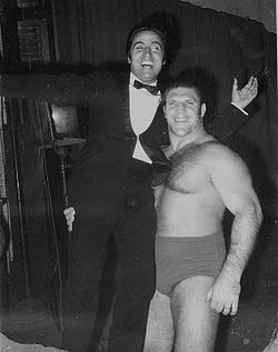 Bruno Sammartino (à droite) portant Mario Trevi.