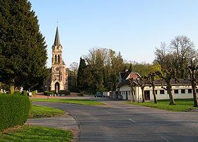 La rue fait une courbe pour contourner l'église et le cimetière.
