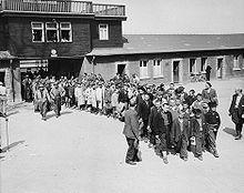 Groupe d'enfants rescapés de Buchenwald, encadrés par des soldats américains, soignés au Château de Vaucelles qui avait été transformé en hôpital. Texte historique très détaillé sur Commons