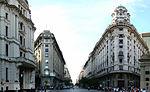 Edificios de muy distinto estilo pueden verse juntos en Buenos Aires. Diagonal Norte en la imagen.