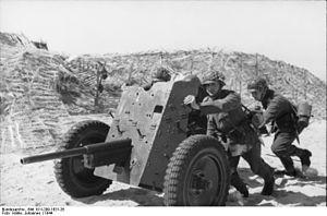 Bundesarchiv Bild 101I-299-1831-26, Nordfrankreich, Soldaten mit Geschütz.jpg