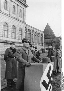 Bundesarchiv Bild 183-1989-1120-502, Breslau, Gauleiter Karl Hanke bei Ansprache.jpg