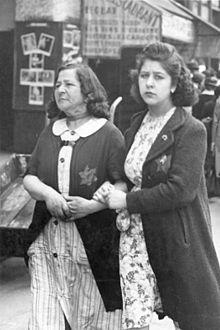 Bundesarchiv Bild 183-N0619-506, Paris, Jüdische Frauen mit Stern.jpg